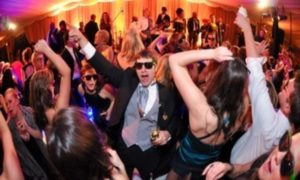 groom_dancing_with_crowd-782x468